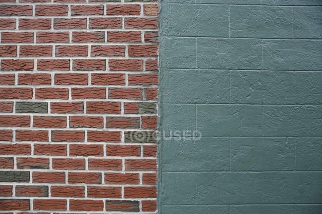 Moitiés de mur de brique et de béton — Photo de stock
