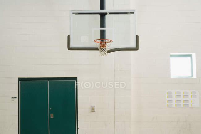 Баскетбольное кольцо в школьной гимназии — стоковое фото