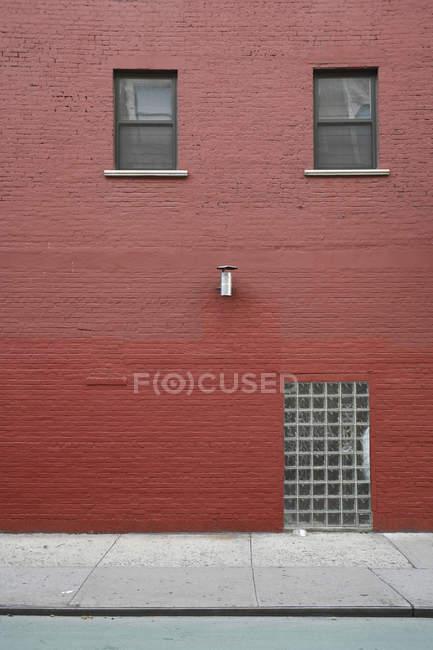 Vista exterior del edificio de ladrillo pintado de rojo - foto de stock
