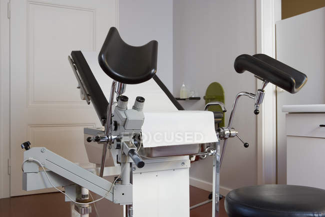 Empty examination chair in gynecologists room — Stock Photo