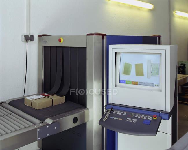 Máquina de raios-x de segurança na sala de correio — Fotografia de Stock