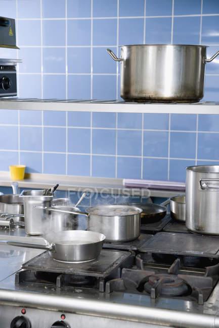 Різних каструлі приготування їжі на промислові піч — стокове фото