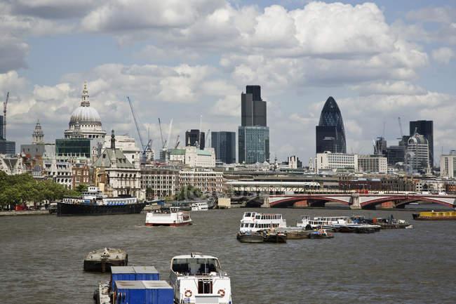 Лондонский горизонт и лодки на реке Тамс — стоковое фото