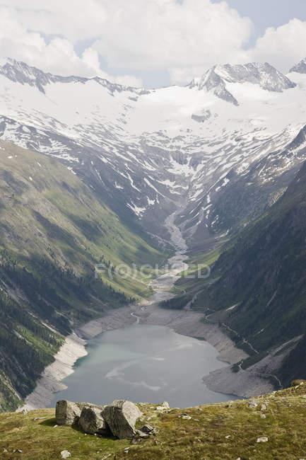 Мальовничий вид на полонину і водосховище — стокове фото