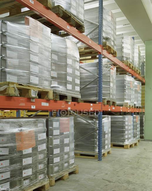 Vue intérieure des piles à l'entrepôt — Photo de stock