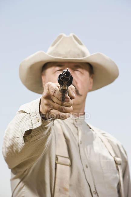 Close-up de um vaqueiro, apontando sua arma — Fotografia de Stock