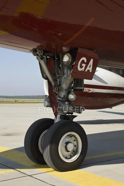 Самолет колеса на утренней аэропорт асфальт — стоковое фото
