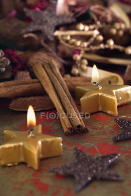 Nahaufnahme von Kerzen und Weihnachtsschmuck — Stockfoto