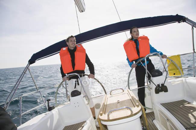 Уверенные в себе мужчина и женщина, плывущие в море — стоковое фото