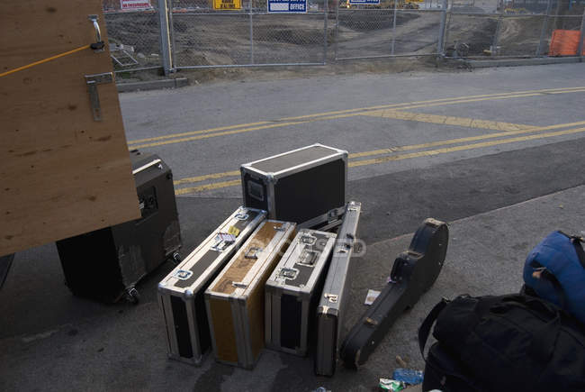 Music equipment on asphalt while loading into vehicle — Stock Photo