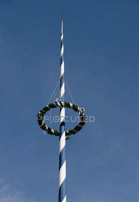 Vista de ángulo bajo de maypole sobre cielo despejado - foto de stock