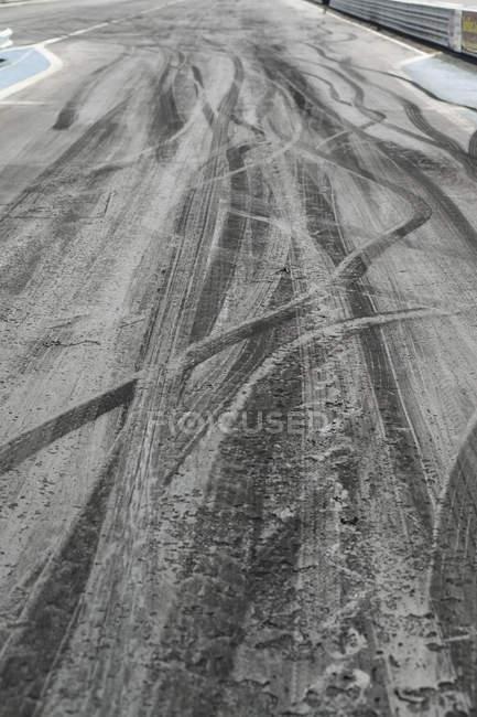 Следы шин на асфальт гоночная трасса — стоковое фото
