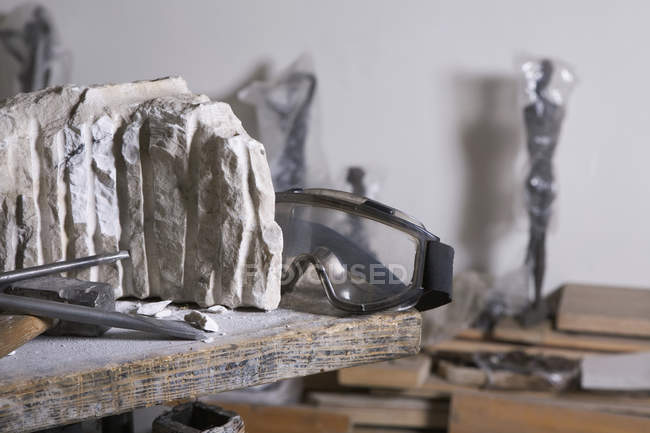 Still life of sculptor's utensils and material on workbench — Stock Photo