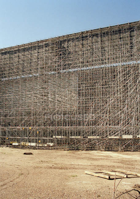 Exterior view of scaffolding at arid land — Stock Photo