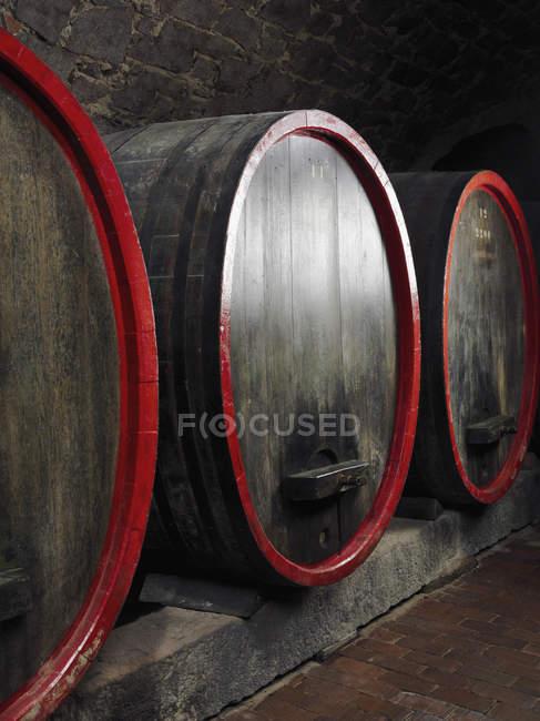 Barili di vino in cantina — Foto stock