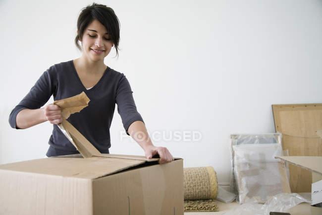 Adolescente déballage boîtes en carton — Photo de stock