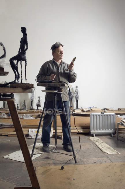 Скульптор працює в арт-студії — стокове фото