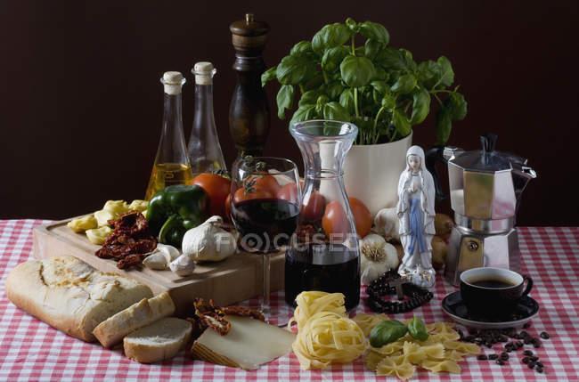 Stillleben mit italienischen Lebensmittelzutaten auf Tisch — Stockfoto