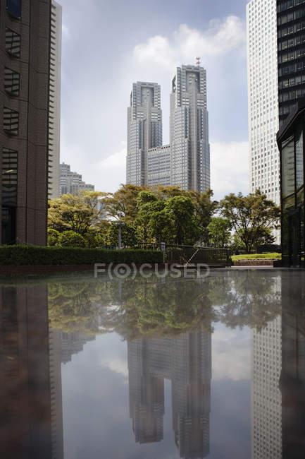 Gratte-ciels qui reflète sur la surface du bassin — Photo de stock