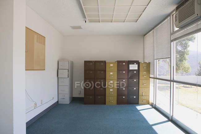 Innenraum des Büroraums mit Aktenschränken — Stockfoto