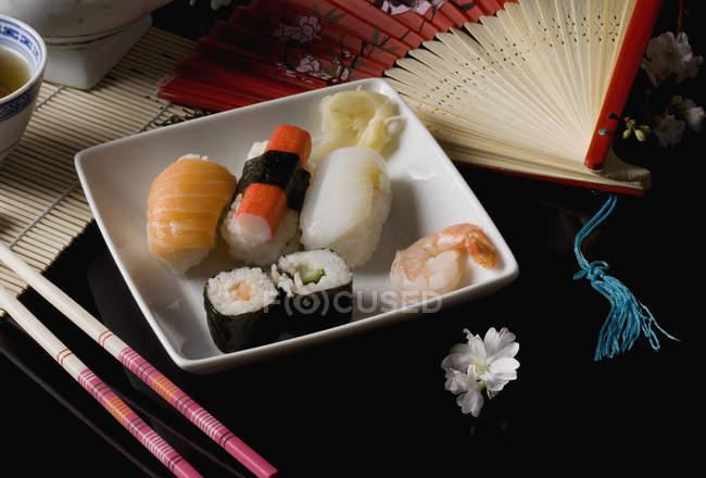 Stillleben der japanischen Küche auf Keramikteller — Stockfoto