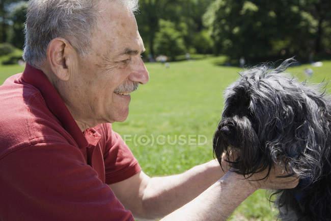 Un uomo e il suo cane in un parco, faccia a faccia, Prospect Park, Brooklyn, New York, USA — Foto stock