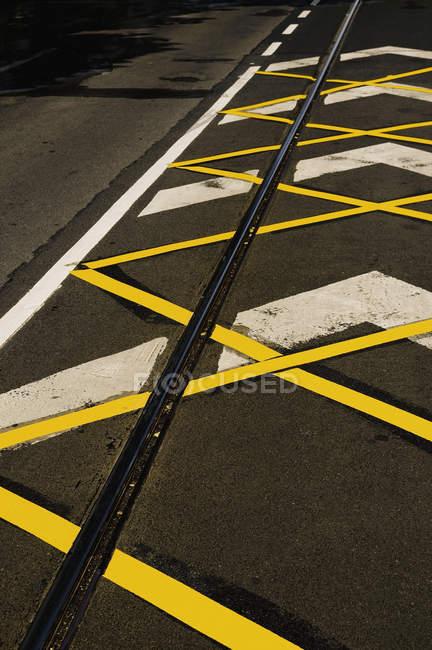 Дорожня розмітка та tramline вздовж дороги — стокове фото
