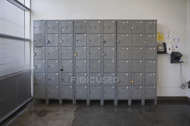 Armários por parede no escritório vazio — Fotografia de Stock