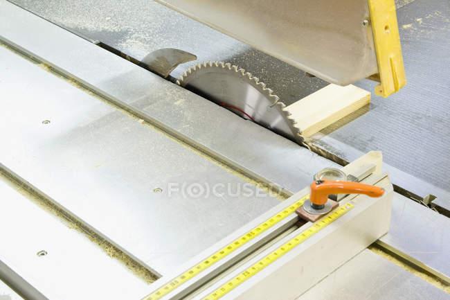Dettaglio della sega circolare e workbench — Foto stock