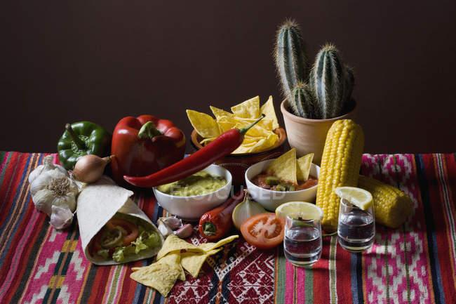 Натюрморт стереотипных мексиканской пищи и ингредиентов — стоковое фото
