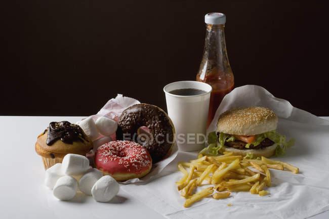 Nature morte de nourriture repas et collation de restauration rapide américaine sur fond noir — Photo de stock
