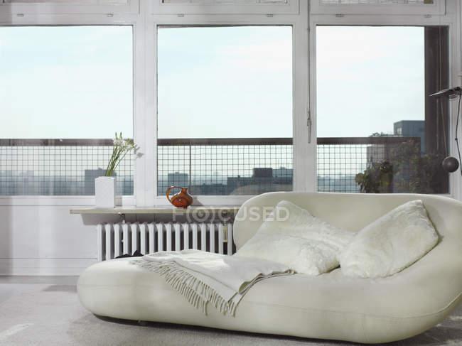 Vue intérieure du sac de haricots par fenêtre — Photo de stock