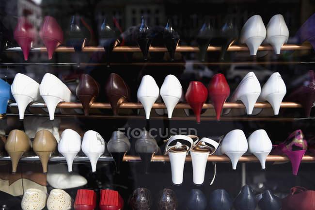 Righe di scarpe con tacco alto su ripiani a negozio — Foto stock