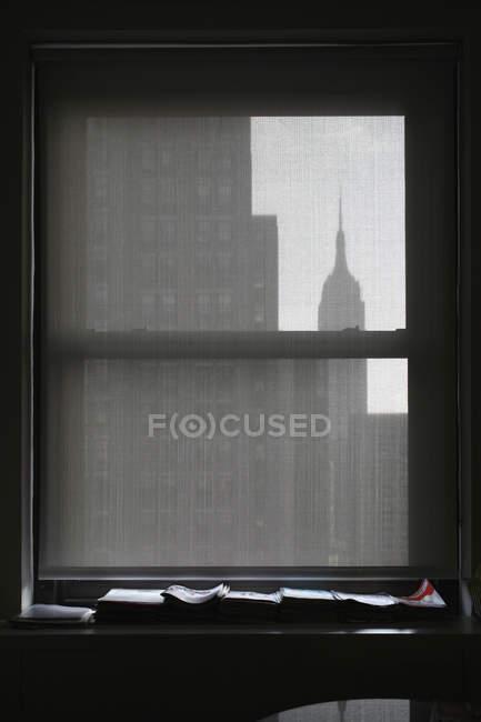 Silhouette des Empire State Building durch Jalousie gesehen — Stockfoto