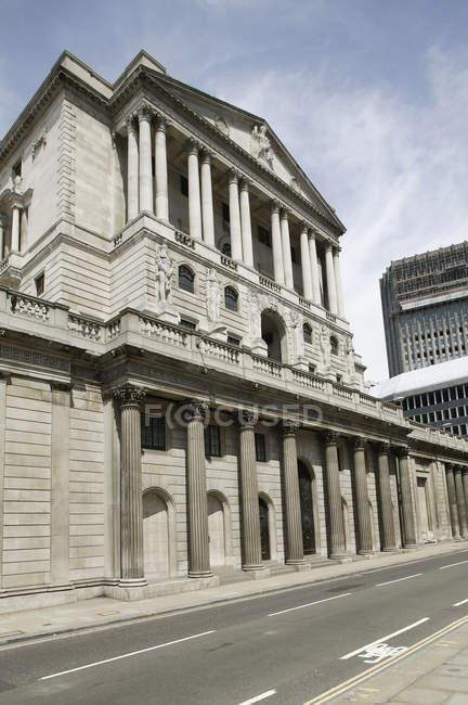 Vista exterior de ângulo baixo do banco de Londres — Fotografia de Stock