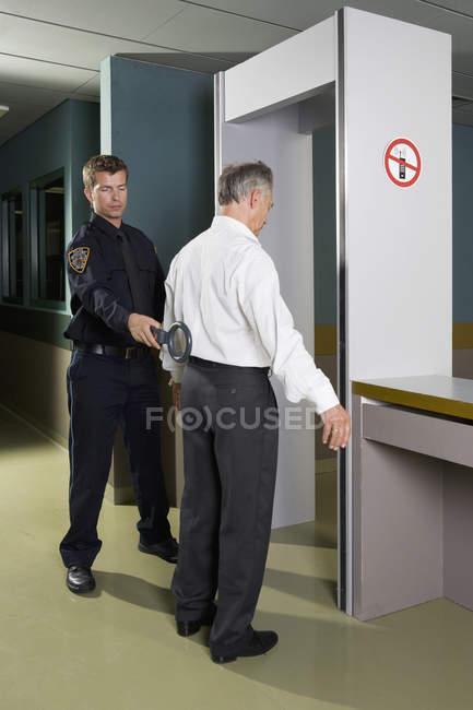 Homme d'affaires en cours de contrôle de sécurité de la police — Photo de stock