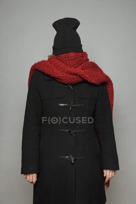 Una giovane donna impacchettata in sciarpa e berretto a maglia — Foto stock