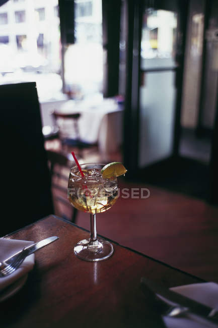 Cocktail drink standing on restaurant table — Stock Photo
