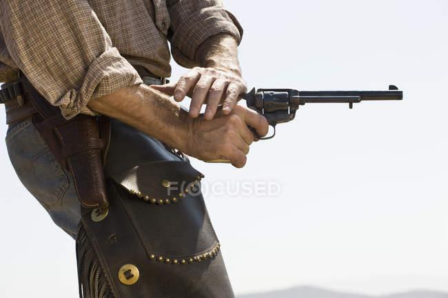 Meio do vaqueiro tiro arma — Fotografia de Stock