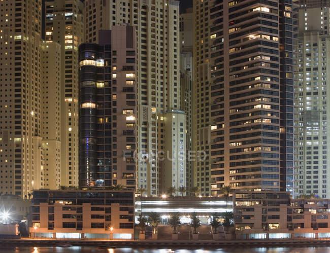 Esterno di facciate grattacielo con finestre illuminate di notte — Foto stock