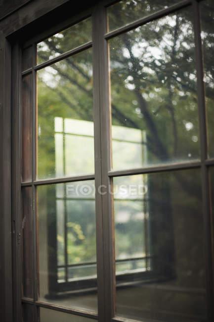 Reflexion der Innenraum im Fensterglas — Stockfoto