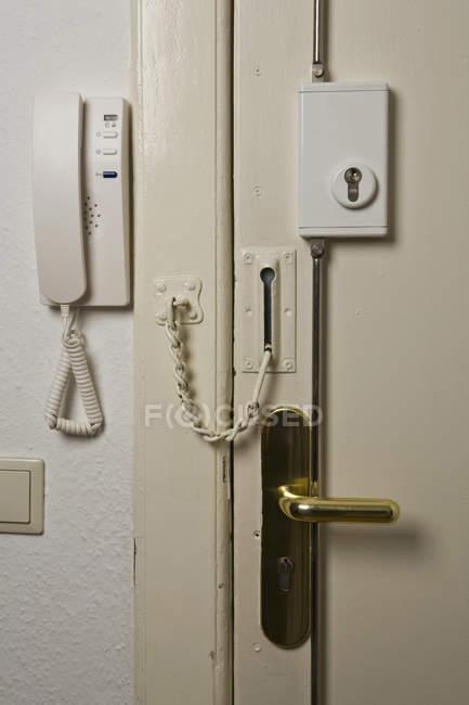 Téléphone d'entrée par porte d'entrée verrouillé de l'intérieur — Photo de stock