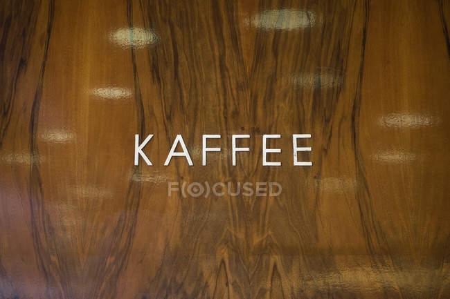 Каффи на полированной деревянной стене — стоковое фото