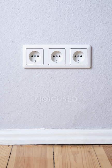 Grupo de três tomadas elétricas na parede — Fotografia de Stock