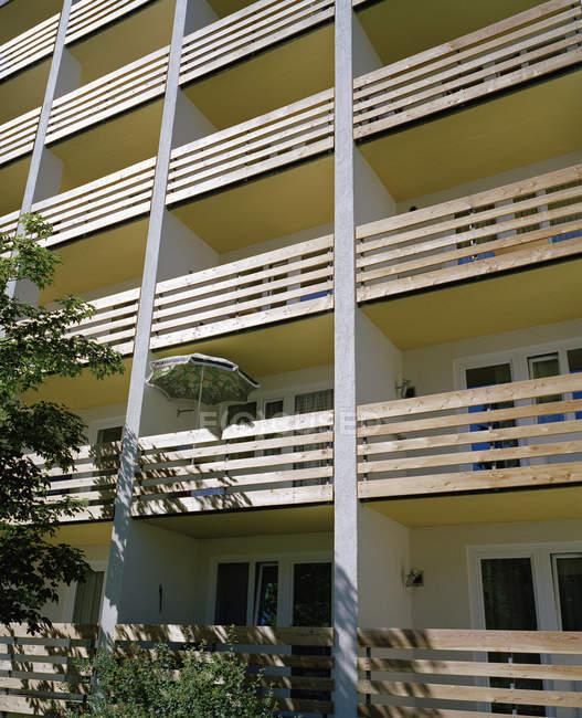 Facciata della costruzione di appartamento illuminata dal sole — Foto stock