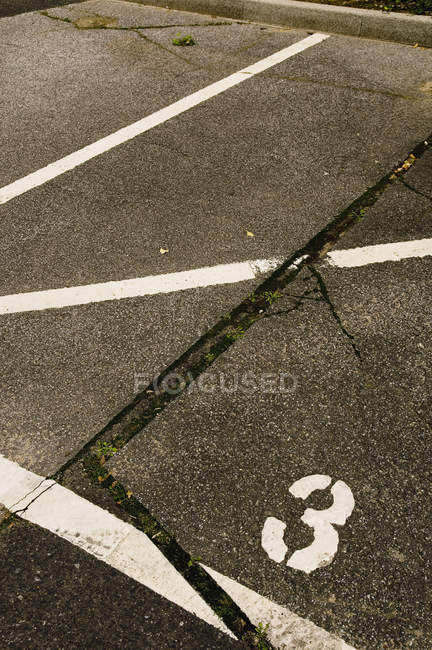 Пустой автостоянке с окрашенной линиями — стоковое фото