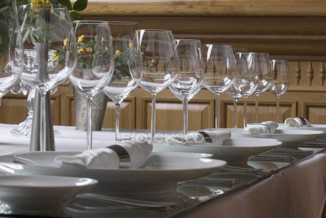 Cerrar vista de configurar elegante mesa de comedor - foto de stock