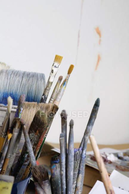 Обтинання купу художника пензлі — стокове фото