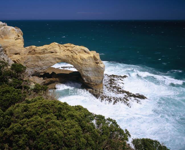 Vue panoramique sur la falaise Arch au littoral — Photo de stock