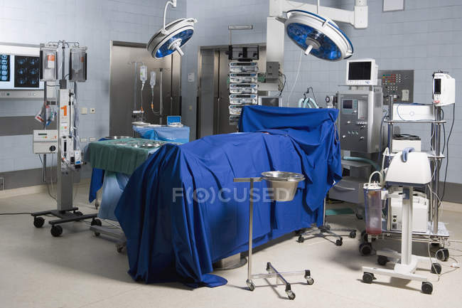 Interior view of operating theater with wrapped dead body — Stock Photo